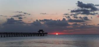 Pijlerpier bij zonsondergang in Napels, forida, de V.S. Stock Afbeelding