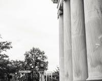 Pijlers bij een Kruispunt Van de binnenstad Stock Afbeeldingen