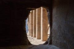 Pijlers binnen de Koninklijke Graven in de oude stad van Petra stock foto's