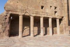 Pijlers binnen de Koninklijke Graven in de oude stad van Petra stock afbeeldingen