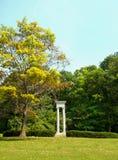 Pijlers in een park Stock Afbeelding