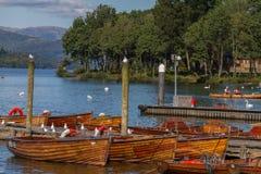 Pijlers en boten op rand van bowness-op-Windermere in Meer Distric Royalty-vrije Stock Afbeeldingen