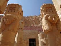 Pijlers met beelden van Hathor in de tempel van Hatshepsut stock afbeelding