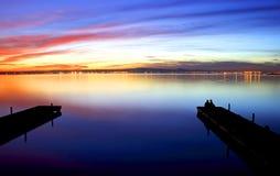 Pijlers op het meer stock fotografie