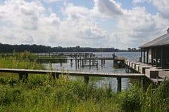 Pijlers op oever van het meer Stock Afbeeldingen