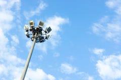 Pijlerschijnwerpers op blauwe hemelachtergrond, openlucht Royalty-vrije Stock Foto's