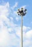 Pijlerschijnwerpers op blauwe hemelachtergrond, openlucht Royalty-vrije Stock Afbeeldingen