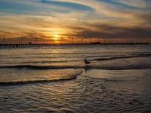 Pijlerzonsondergang bij het strand Stock Afbeelding