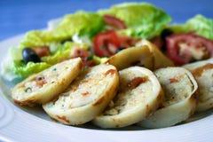 Pijlinktvis die met rijst en Griekse salade wordt gevuld Royalty-vrije Stock Afbeeldingen