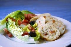 Pijlinktvis die met rijst en Griekse salade wordt gevuld Royalty-vrije Stock Foto's