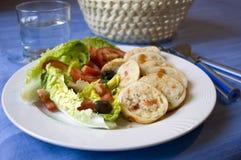 Pijlinktvis die met rijst en Griekse salade wordt gevuld Royalty-vrije Stock Fotografie