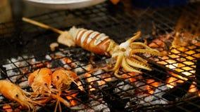 Pijlinktvis op de Grillrooster wordt gekookt in de Markt van het Nachtvoedsel, de Straatvoedsel dat van Thailand thailand stock videobeelden