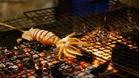 Pijlinktvis op de Grillrooster wordt gekookt in de Markt van het Nachtvoedsel, de Straatvoedsel dat van Thailand thailand stock footage
