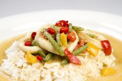 Pijlinktvisringen in de saus van de Spaanse peperskerrie met slabonen, tomaten, peper Stock Afbeeldingen