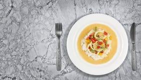 Pijlinktvisringen in de saus van de Spaanse peperskerrie met slabonen, tomaten, peper Royalty-vrije Stock Foto's