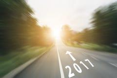Pijllijn en 2017 op snelheidsweg met zonlicht Stock Foto's