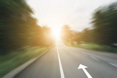 Pijllijn op snelheidsweg met zonlicht Stock Fotografie