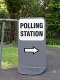 Pijlteken aan Britse opiniepeilingspost stock fotografie