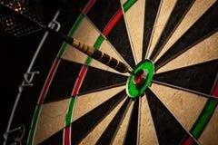 Pijltje in bullseye dichte omhooggaand royalty-vrije stock foto