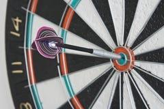 Pijltje in centrum van dartboard Royalty-vrije Stock Foto's