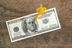 Pijltje in een 100 dollarrekening Royalty-vrije Stock Foto