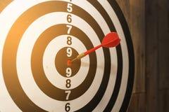 Pijltjepijl die in het doelcentrum raken van dartboard Royalty-vrije Stock Foto