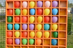 Pijltjes, die met lucht kleurrijke ballons is de schieten een interessante Pretparkrit Stock Foto's