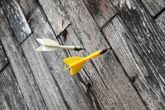 Pijltjes op de houten achtergrond Royalty-vrije Stock Foto