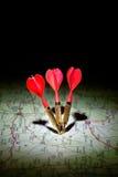 Pijltjes op een donkere kaart Stock Foto's