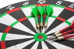 Pijltjes op het dartboard Royalty-vrije Stock Afbeeldingen
