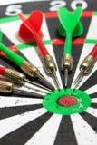 Pijltjes op het dartboard Royalty-vrije Stock Foto's