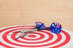 Pijltjespijl met de vlaggen van Australië op rode raad, Stock Foto's