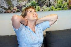 Pijn in de hals van een vrouw van moeheid Stock Fotografie