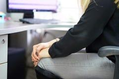 Pijn in de knieën van een vrouw Stock Foto's