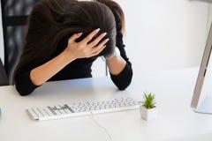 pijn Mooie Onderneemster die aan pijn op haar bureau lijden Royalty-vrije Stock Afbeelding