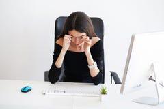 pijn Mooie Onderneemster die aan pijn op haar bureau lijden Royalty-vrije Stock Foto's