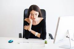 pijn Mooie Onderneemster die aan pijn op haar bureau lijden Royalty-vrije Stock Afbeeldingen