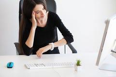 pijn Mooie Onderneemster die aan pijn op haar bureau lijden Stock Afbeeldingen