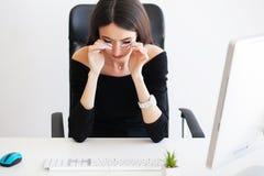 pijn Mooie Onderneemster die aan pijn op haar bureau lijden Royalty-vrije Stock Fotografie