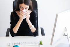 pijn Onderneemster Woman Feeling Sick, die Pijnlijke Hoofdpijn hebben, Royalty-vrije Stock Afbeeldingen