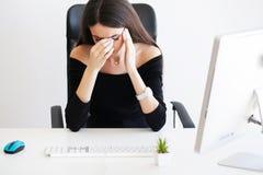 pijn Onderneemster Woman Feeling Sick, die Pijnlijke Hoofdpijn hebben, Stock Foto