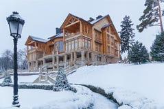 Pijnboom in de sneeuw dichtbij het huis Stock Fotografie