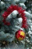 Pijnboom en Kerstmisbal Royalty-vrije Stock Afbeeldingen