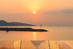 Pijnboom houten vloer en zonsopgang op zee achtergrond royalty-vrije stock fotografie