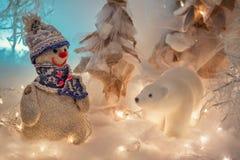 Pijnboomnaalden in het sneeuwclose-up royalty-vrije stock afbeelding
