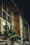 Pijnboomtakken in het venster royalty-vrije stock afbeelding