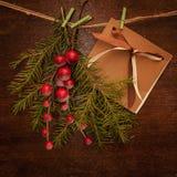 Pijnboomtakken met Kerstmisbessen en prentbriefkaar Royalty-vrije Stock Foto's
