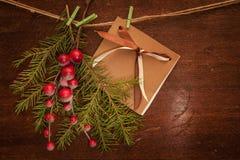 Pijnboomtakken met Kerstmisbessen en prentbriefkaar Royalty-vrije Stock Foto