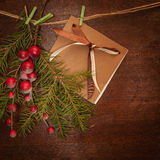 Pijnboomtakken met Kerstmisbessen en prentbriefkaar Royalty-vrije Stock Fotografie