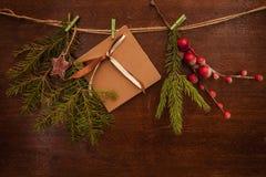 Pijnboomtakken met Kerstmisbessen en prentbriefkaar Royalty-vrije Stock Afbeeldingen